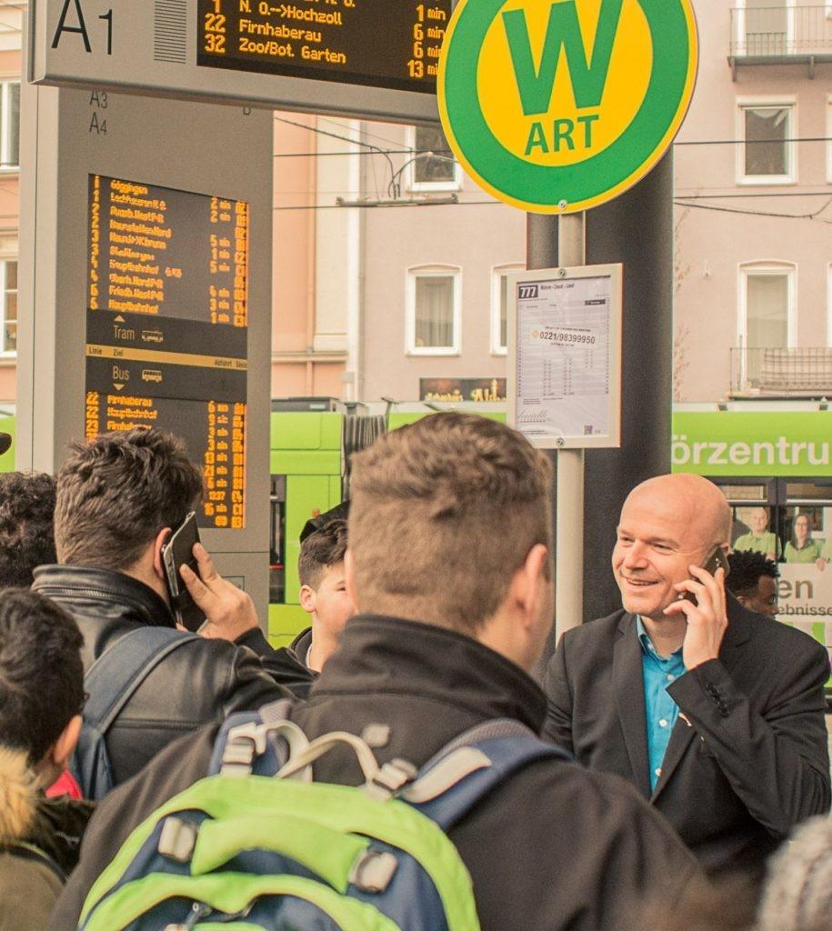 WART - Bushaltestelle. Eine Servicepioniere-Servicekomplizen Produktion.